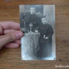 Fotografía antigua: ANTIGUA FOTOGRAFIA DE 2 CURA RELIGIOSO DE AÑOS 30 - 40, ORIGINAL, CAPELLAN.. Lote 131411798