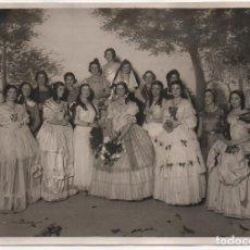 Fotografía antigua: SEVILLA, SEÑORITAS TRAJES TIPICOS..FOTOGRAFIA SERRANO, MIDE: 17,50 X 11,50 C.M. VER FOTOS. Lote 157135661