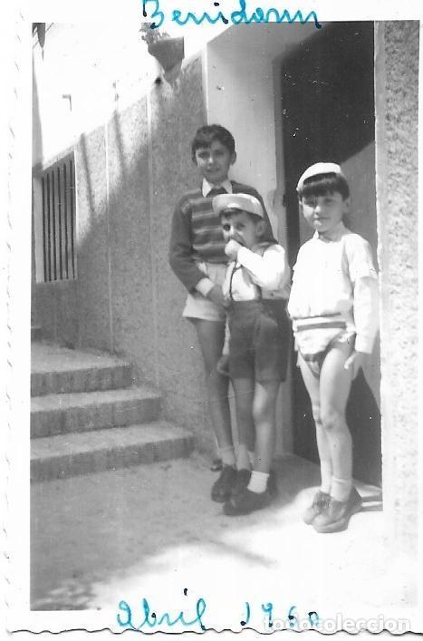 == H941 - FOTOGRAFIA - TRES JOVENCITOS EN BENIDORM - 1960 (Fotografía - Artística)