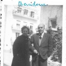 Fotografía antigua: == H948 - FOTOGRAFIA - PAREJA - BENIDORM 1960. Lote 131541390