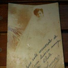 Fotografía antigua: FOTO POSTAL NOVIA FIRMADA EN LLANES 1912-14X9. Lote 132065718