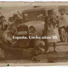 Fotografía antigua: AÑOS 30 JUGANDO. COCHE MATRÍCULA A CORUÑA. 6X8.. Lote 133236506