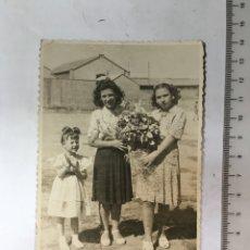 Fotografía antigua: FOTO. MUCHACHAS CON FLORES. FOTÓGRAFO V. IZQUIERDO. VALENCIA. H. 1960?. Lote 133405253