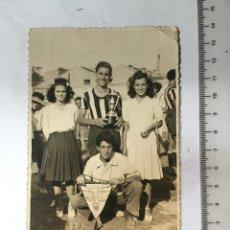 Fotografía antigua: FOTO. TROFEO EN EL FÚTBOL. FOTÓGRAFO V. IZQUIERDO. VALENCIA. H. 1960?. Lote 133405497