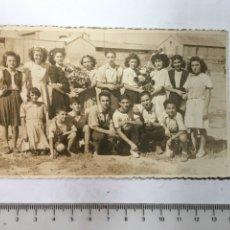 Fotografía antigua: FOTO. CELEBRANDO UNA FIESTA. FOTÓGRAFO V. IZQUIERDO. VALENCIA. H. 1960?. Lote 133405734