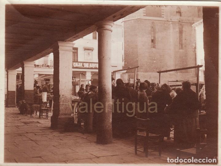 MAGNÍFICA FOTO. PRECIOSA ESCENA COSTUMBRISTA, MERCADO EN PLAZA MAYOR DE SAGUNTO, VALENCIA. 20-30S? (Fotografía - Artística)