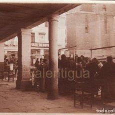 Fotografía antigua: MAGNÍFICA FOTO. PRECIOSA ESCENA COSTUMBRISTA, MERCADO EN PLAZA MAYOR DE SAGUNTO, VALENCIA. 20-30S?. Lote 133652342