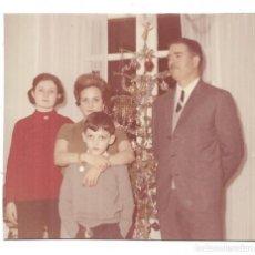 Fotografía antigua: == S430 - FOTOGRAFIA - FAMILIA JUNTO A UN ARBOL DE NAVIDAD. Lote 133759850