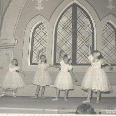 Fotografía antigua: == H1125 - FOTOGRAFIA - JOVENCITAS BAILANDO BALLET - FOTO ENGUIDANOS - 1955. Lote 133770098