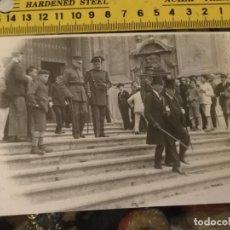 Fotografía antigua: ANTIGUA FOTOGRAFIA AÑOS 20 O ANTERIOR - CADIZ - MILITARES GUARDIA CIVIL CATEDRAL AUTORIDADES. Lote 133964026