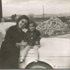 Fotografía antigua: == C711 - FOTOGRAFIA - SEÑORA Y NIÑA SENTADA EN EL CAPO DE UN SEAT . Lote 134254826