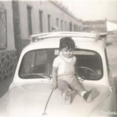 Fotografía antigua: == T19 - FOTOGRAFIA - NIÑO SENTADO EN EL CAPO DE UN SEAT 600. Lote 134254926