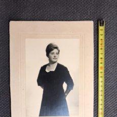 Fotografía antigua: FOTOGRAFÍA. SEÑORA JOVEN POSANDO. RETRATO DE ESTUDIO (H.1950?). Lote 134673999