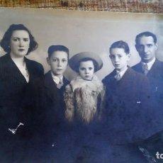 Fotografía antigua: RETRATO FAMILIA AÑOS 40 DE ESTUDIO. Lote 135197914