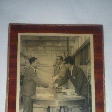 Fotografía antigua: FOTO AÑOS 40; ENTREGA DE UN PREMIO. FOTO SOBRE TABLA. Lote 135523946