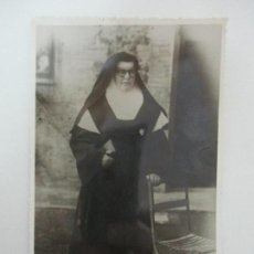 Fotografía antigua: ANTIGUA FOTOGRAFÍA - FOTO DE UNA MONJA - 6 ABRIL DE 1957. Lote 135762642