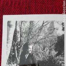 Fotografía antigua: FOTO BLANCO Y NEGRO MUJER EN EL CAMPO GRANDE DE VALLADOLID. Lote 135821225