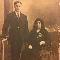 Fotografía antigua: ENCANTADORA FOTOGRAFIA ANTIGUA, MODERNISTA, PPIOS 1900, PAREJA CON MANTILLA. UNAL FOTOGRAFO GERONA. Lote 135822690