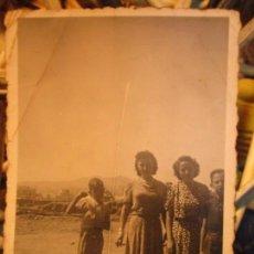 Fotografía antigua: MALAGA GUERRA CIVIL FAMILIARES DE MILITAR LEGION JUNTO A TRINCHERA . Lote 136101074