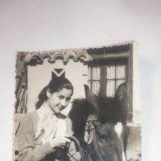 Fotografía antigua: FOTO AÑO 1958 CHICA POSANDO CON CABALLO. Lote 136144634