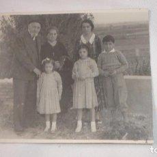 Fotografía antigua: FOTO-POSTAL FAMILIA POSANDO AÑOS 20-30. Lote 136146654
