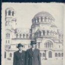 Fotografía antigua: FOTOGRAFIA DE DOS HOMBRES EN BULGARIA - SOFIA - LA CATHEDRALE ST ALEXANDRE NEVKY 11 X 8,5 CM. Lote 136364390