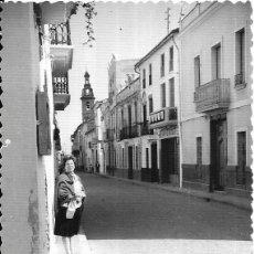 Fotografía antigua: == G1667 - FOTOGRAFIA - SEÑORA EN UNA CALLE DE PUZOL - VALENCIA - 1964. Lote 221662820