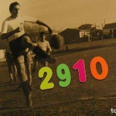 Fotografía antigua: FUTBOL FOTO IZQUIERDO CD MESTALLA , VALENCIA CLUB DE FUTLBOL JUGADOR EN UN PARTIDO. Lote 137237178