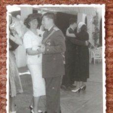 Photographie ancienne: COMANDANTE DE AVIACION Y SEÑORA. Lote 137290802