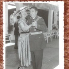 Photographie ancienne: COMANDANTE DE AVIACION Y SEÑORA. Lote 137291166