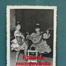 Fotografía antigua: FOTOGRAFÍA B/N - DOS NIÑAS CON TRAJE DE FARALAES CON GUITARRA, 8'50X8'50 CM. Lote 137604298