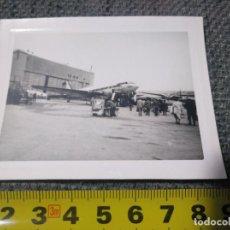 Fotografía antigua: FOTO ANTIGUA AVIÓN DOUGLAS DC 3 BARAJAS 1956 MADRID AERONÁUTICO. Lote 137838674