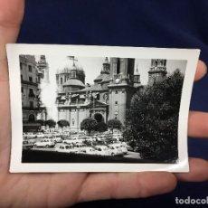 Fotografía antigua: PARKING APARCAMIENTO BASILICA PILAR ZARAGOZA COCHES VEHICULOS SEAT 600 VER FOTOS 7,5X10,5CMS. Lote 138101626