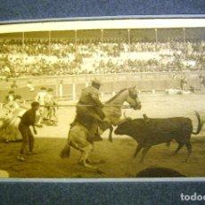 Fotografía antigua: TOROS- PICADOR SIN PETO- CORNADA AL CABALLO- S. XX- ORIGINAL-. Lote 138694030