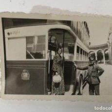 Fotografía antigua: FOTOGRAFIA DE PERSONAJES BAJANDO DEL TRANVIA -MADRID 1942- 8X5 CM. Lote 143482558