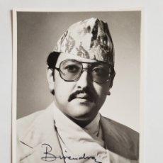 Fotografía antigua: FOTOGRAFIA FIRMADA BIRENDRA BIR BIKRAM SHAM DEVA.REY DE NEPAL 1987. Lote 140218876