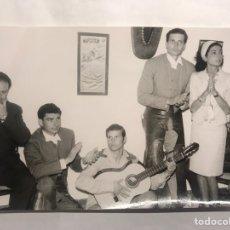 Fotografía antigua: FOTOGRAFÍA ORIGINAL. TAUROMAQUIA. EL CORDOBÉS A LA GUITARRA Y LOS HERMANOS PERALTA A LAS PALMAS. Lote 140799293