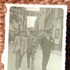 Fotografía antigua: SEÑORES EN LA FIESTA DE LA BANDERITA - FOTO: ORTEGA - SEVILLA. Lote 140857434