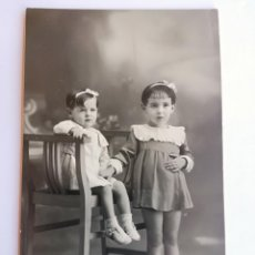 Fotografía antigua: ANTIGUA FOTOGRAFIA ARTÍSTICA TARGETA POSTAL DE DOS NIÑAS - FOTOGRAFO: E. CASAS. Lote 142919050