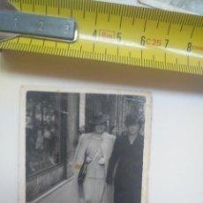 Fotografía antigua: FOTO MUJERES SAN SEBASTIÁN GIPUZKOA FOTO CEREZO 1942. Lote 143573426