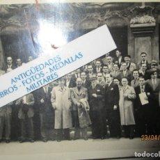Fotografia antiga: BILBAO PERSONALIDADES EN GRAN EDIFICIO FOTO ELORZA INFORMACIONES FRAFICAS POST GUERRA CIVIL. Lote 143855370