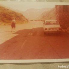 Fotografía antigua: ANTIGUA FOTOGRAFIA A COLOR, ESTIRANDO LAS PIERNAS.. Lote 143939742