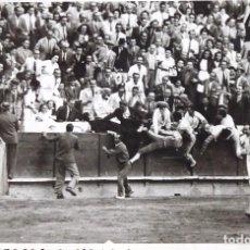 Fotografía antigua: F-. ¿DONDE ESTÁ EL TORO?. CORRIDA DE TOROS, BARCELONA SEPTIEMBRE DE 1945.. Lote 144166186