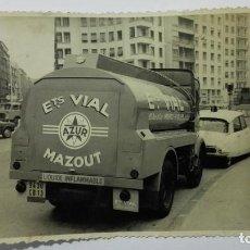 Fotografía antigua: CAMION RENAULT, TRANSPORTE LIQUIDO INFLAMABLE ETS VIAL MAZOUT - MARSEILLE, MEDIDA 11,5 X 8,5 CM. Lote 145250538