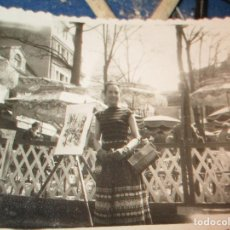 Fotografía antigua: FOTO ANTIGUA SALAMANCA O PARIS SEÑORITA JUNTO A CUADROS EN VENTA EN PLAZA. Lote 145780430