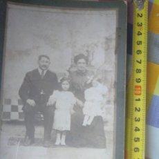 Fotografía antigua: FOTO ANTIGUA. RETRATO DE FAMILIA. SIGLO XIX. SOBRE CARTÓN. Lote 145799494