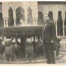 Fotografía antigua: == NA221 - FOTOGRAFIA - SEÑOR EN EL PATIO DE LOS LEONES DE LA ALHAMBRA. Lote 221668945