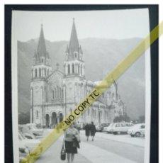 Fotografía antigua: FOTOGRAFÍA SANTUARIO VIRGEN DE COVADONGA ASTURIAS COCHE ANTIGUO. Lote 146101674