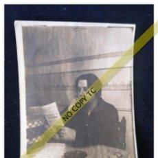 Fotografía antigua: FOTOGRAFÍA AÑOS 30 40 VALENCIA LEYENDO 9 X 7 CM . Lote 146105058
