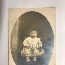 Fotografía antigua: VALENCIA. FOTOGRAFÍA ANTIGUA. BEBE POSANDO. RETRATO ESTUDIO. (H.1920?). Lote 146171294